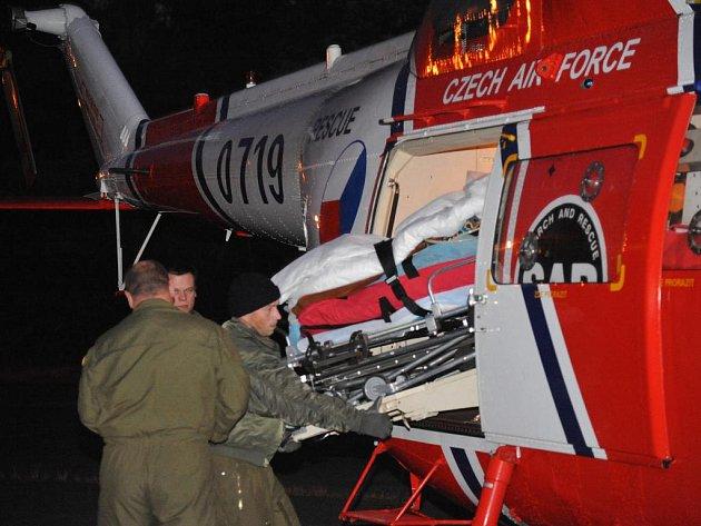 Záchranná služba na místo přivolala vrtulník. Mariánskolázeňská policie vyšetřuje, zda šlo o nešťastnou událost nebo o skok z okna.