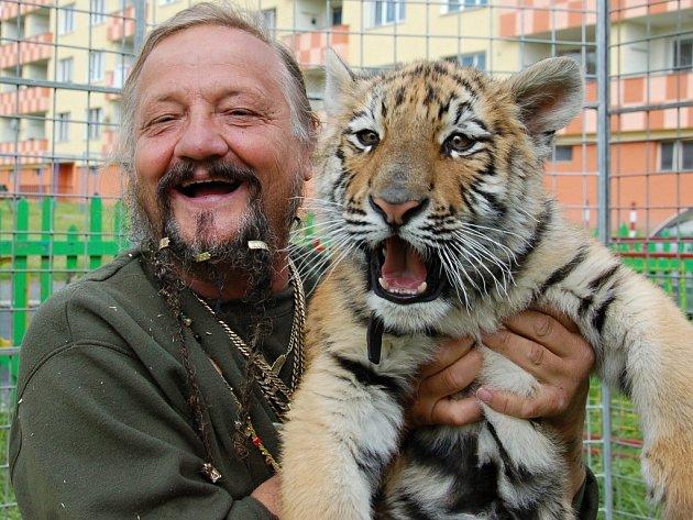 JAROMÍR JOO společně s mládětem tygra, kterému říká Bobo.