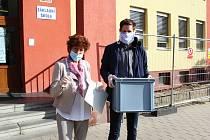 Na chebském sídlišti Hradčany vyrazila volební komise s přenosnou volební urnou za těmi, kteří nemohli do volební místnosti přijít.