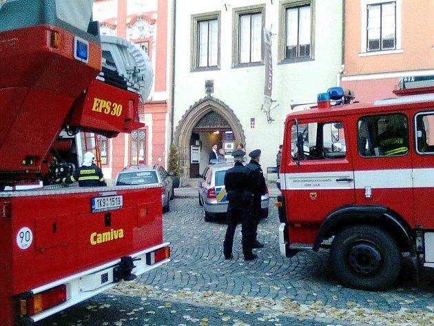 V prostorách jedné z chebských kaváren zahořela lepenka.