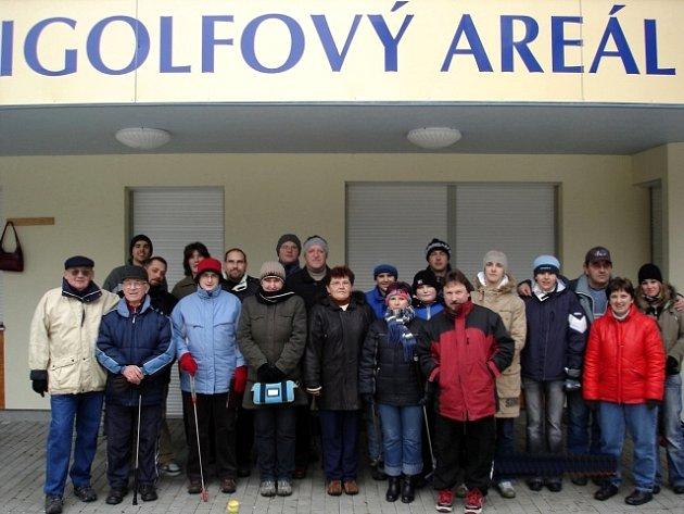 Účastníci posledního minigolfového turnaje v loňském roce, který pořádal MG Cheb na hřišti v Břehnické ulici.