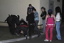 U RESTAURACE v chebské Krátké ulici zachraňovali strážníci život mladíkovi s astmatických záchvatem.