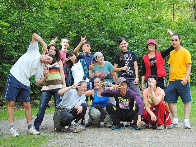 BRIGÁDNÍCI. O zámecký park v Lázních Kynžvartu pečuje skupina dobrovolníků ze všech koutů světa.