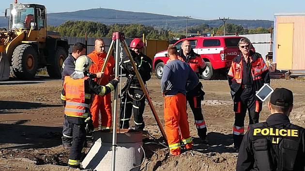 Muž spadl do šachty, zachránit ho museli hasiči