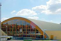 Do zimního stadionu v Chebu prosakuje spodní a povrchová voda. Město ho chce opravit.