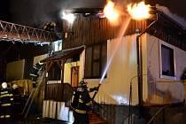 PŘI POŽÁRU velkohleďsebského autoservisu zasahovalo osm jednotek hasičů.