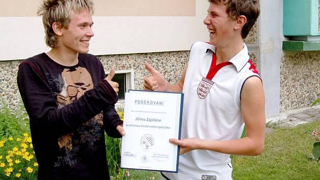 """Jirka Zajíček (vpravo) zachránil život svého spolužáka Martina Hrdého. Za záchranu lidského života obdržel """"Poděkování"""" od františkolázeňské radnice"""