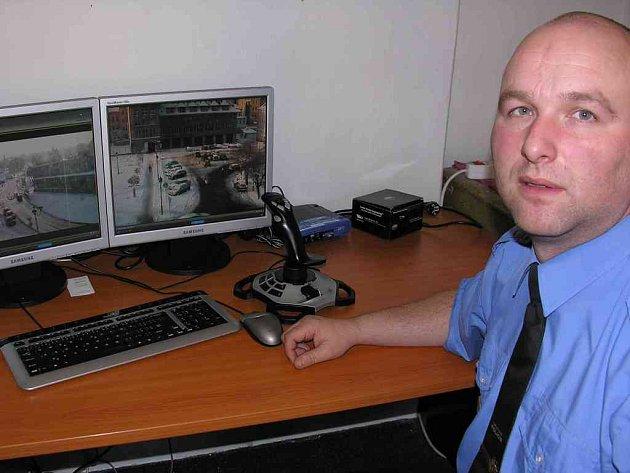 Ředitel ašské městské policie u monitorů