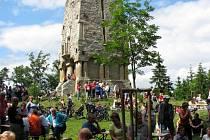 Setkání turistů u Bismarckovy věže na Zelené hoře u Chebu