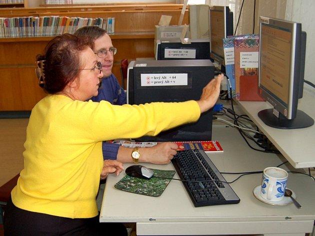 Výuka internetu pro seniory v chebské knihovně