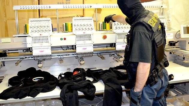 Na tržnici v Chebu zadrželi celníci zboží za téměř 90 milionů. Trhovci padělky vyráběli dokonalými stroji.