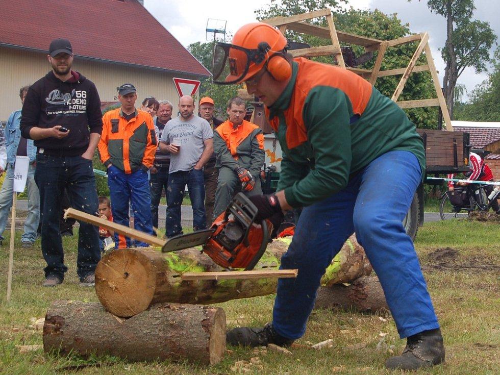 PRAPILA PODRUHÉ. V Pramenech poměřili své síly dřevorubci.