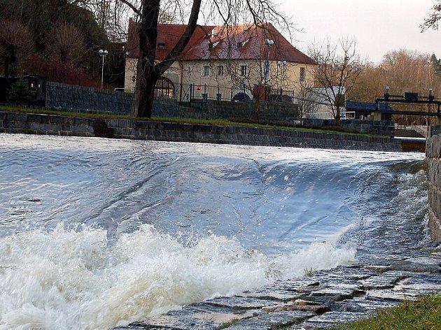 Hladina řeky Ohře v Chebu se po víkednových deštích prudce zvýšila