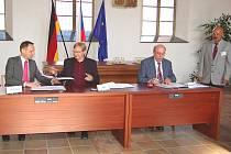 V obřadní síni chebské radnice se sešli (zleva) starosta Waldsassenu Bernd Sommer, starosta Chebu Jan Svoboda, starosta Neualbenreuthu Albert Köstler a hejtman Karlovarského kraje Josef Novotný, aby podepsali dohodu o vzájemné výpomoci.