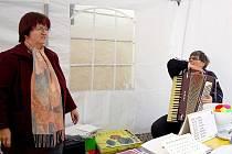 DÁVAJÍ O SOBĚ VĚDĚT NA VEŘEJNOSTI. Chebské organizace nevidomých a slabozraých, ať už je to SONS nebo Tyflocetrum, mají zájem na tom, aby se veřejnost dozvěděla maximum o jejich činnosti. Pořádají různé přednáškové akce.