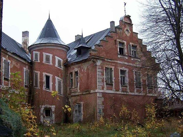 Nádvoří zámku ve Starém Hroznatově v listopadu 2006