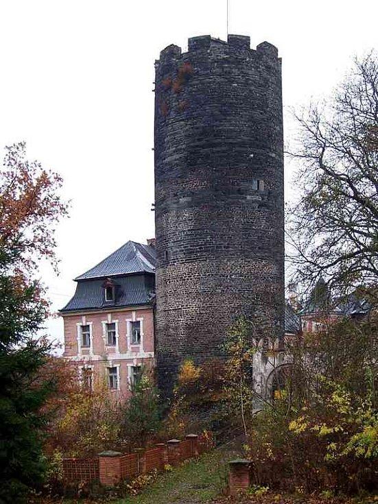 Věž hradu ve Starém Hroznatově na podzim roku 2006