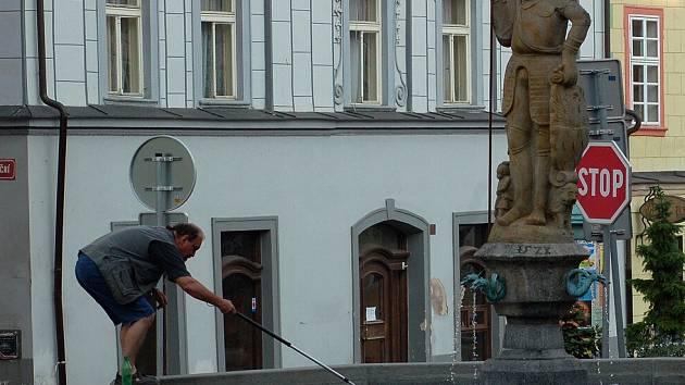 Pracovníci společnosti Chetes musí čistit všech pět chebských kašen každý den