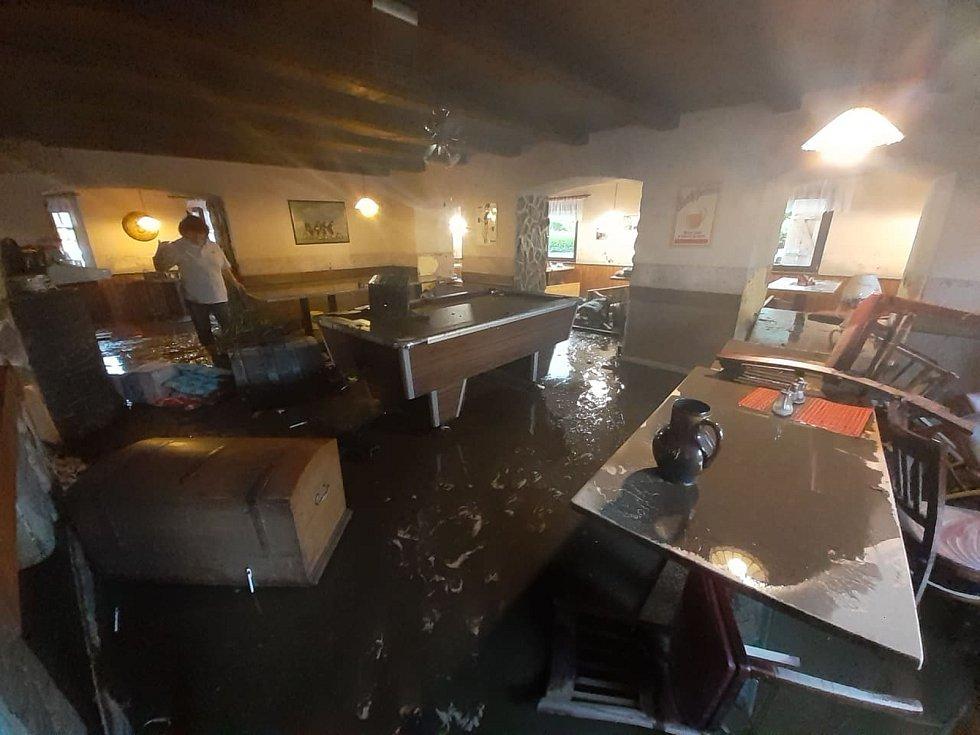 Ašskem se přehnala nevídaná průtrž mračen, která způsobila velké komplikace a především rychlo záplavy. Okolí Aše, Podhradu i Hranic bylo na několik hodin pod vodou a nikdo nečekal, že by se něco takového mohlo stát.