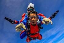 SKOČIT z 4200 metrů znamená letět minutu volným pádem rychlostí kolem 200 km/h a poté kolem pěti minut na padáku.