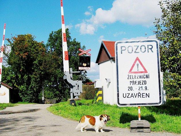 Dva dny je zavřený železniční přejezd v Podhoří u Chebu. Dělníci na něm provádějí úpravy.