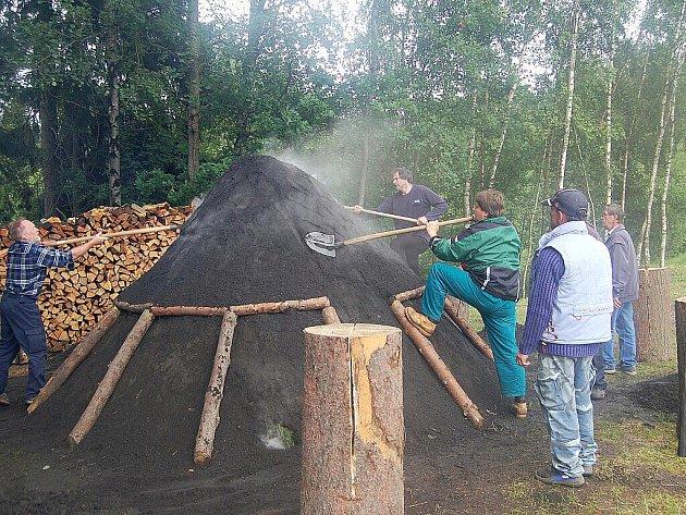 Tradiční akce zapálení milíře vypukla ve Vernéřově u Aše. Přilákala opět plno lidí.