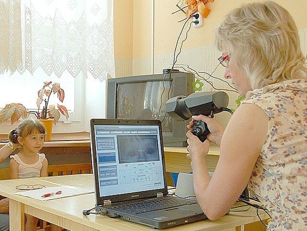 Zdravotní sestra právě vyšetřuje zrak čtyřleté Růženky z chebské školky v Komenského ulici