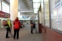 ODBAVOVACÍ BUDOVA chebského nádraží se stala kulturní památkou. Její součástí je bohatá výzdoba a řada uměleckých děl v duchu bruselského stylu, inspirovaného výstavou EXPO 58 v Bruselu.