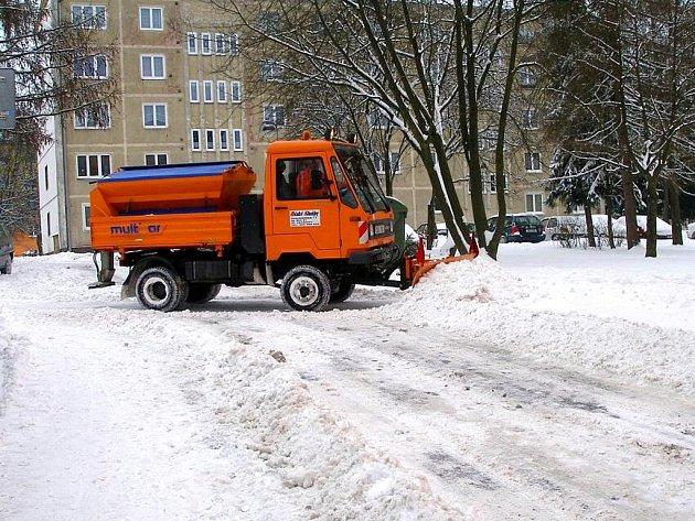 Ašské služby měly už od pátečního večera v terénu veškerou svou techniku. V nejzápadnějším koutě Čech se naštěstí předpovědi meteorologů nevyplnily, napadlo necelých deset centimetrů nového sněhu.