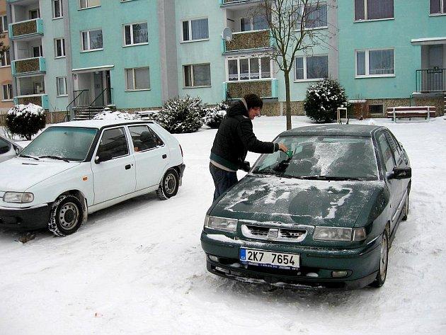 V sobotu dopoledne byly takřka všechny komunikace v lázních schůdné a průjezdné. Menší problémy registrovali pouze řidiči nevlastnící garáže. Zdržovalo je odstraňování sněhu a zmrazků ze skel jejich vozidel.