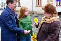 Zpěvačka Jana Kociánová z Mariánských Lázní rozdávala žluté gerbery