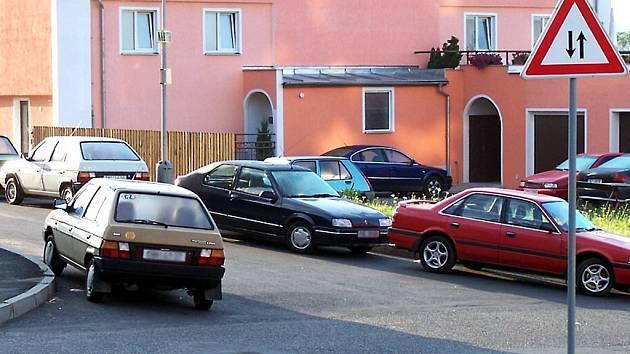 UŽ NĚKOLIK LET PARKUJÍ OBYVATELÉ ZLATÉHO VRCHU, kde se dá. Zaparkovat svého plechového miláčka bez problémů mohou jen ti, kteří přijedou domu kolem poledne.