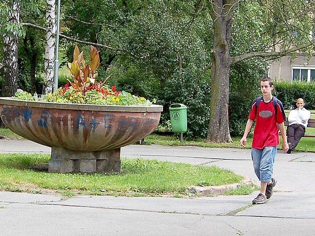 Květiny v kašně uprostřed parku Míru jsou neustále terčem vandalů.