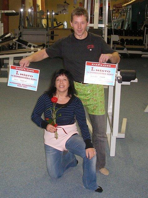 Bombarďák roku 2007 Jaroslav Hložek a bombarďačka roku 2007 Dana Radová – oba ve slušivých ´bombarďákách´