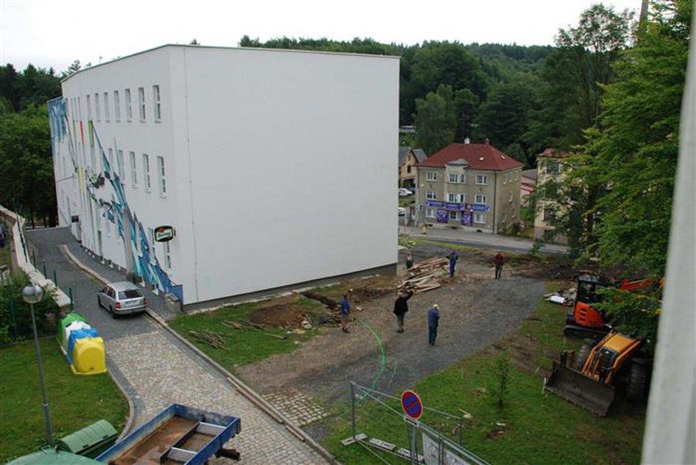 Aš - Přeměna části kulturního centra LaRitma v Aši na základní uměleckou školu pokračuje. Už proběhly bourací práce, odstraňování pařezů a dalších zbytků zeleně a hotové je také hloubení základů.