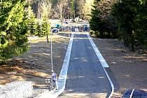 IN – LINE DRÁHA na vrchu Háj v Aši bude měřit více než jeden kilometr. Zatím ji dělníci dokončují, proto radnice prosí sportovce o trpělivost.