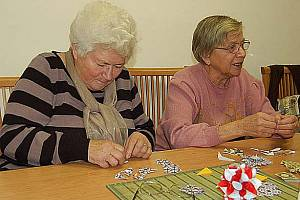 V rámci projektu ´60 a plus aspoň dvakrát zkus´ zaměřeného na zkvalitnění života občanů v důchodovém věku se v zaplněném Klubu seniorů na sídlišti ve Františkových Lázních odehrálo milé předadventní setkání.