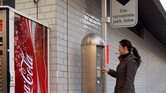 LÍSTEK NEVYDÁ. Chebanka Gabriela Nováková (na snímku) potvrdila, že jí automat často lístek nevydá, ač za něj zaplatí.