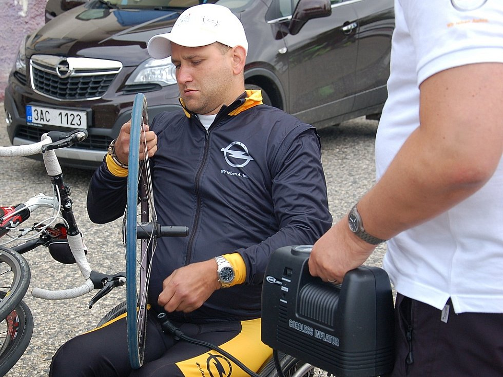 HANDICAPOVANÝ JEZDEC Jan Krauskopf musel ještě před začátkem cyklomaratonu dohustit pneumatiky.