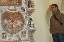 Takzvaná Chebská kachlová kamna na Chebském hradě obdivoval o víkendu Dominik Russ se svou manželkou ze švýcarského Curychu, prasynovec Willyho Russe, který kamna vytvořil.