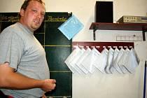 VELITEL VÝJEZDOVÉ JEDNOTKY SDH Teplá Karel Kyller ukazuje, jaký evidenční systém práce nově hasiči zavedli.