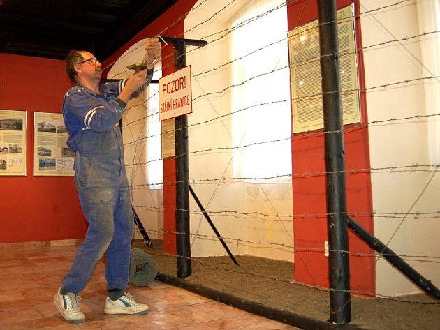 Železnou oponu právě instaluje v chebském muzeu Václav Klečka