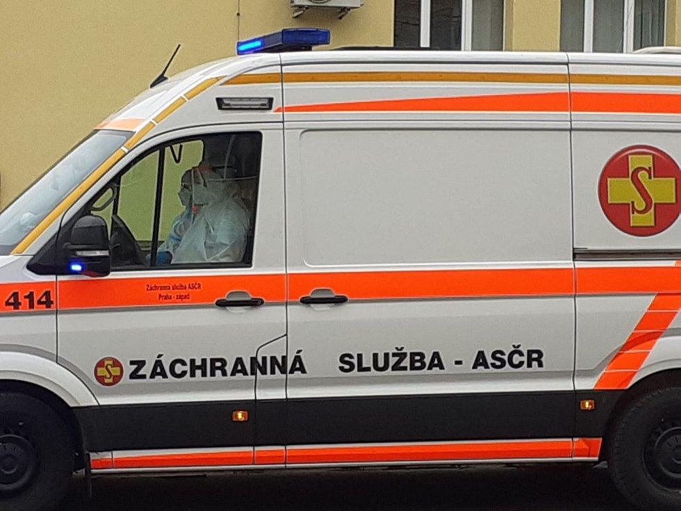 Nemocnice v Chebu a Sokolově kolabují, na pomoc jede kolona sanitek
