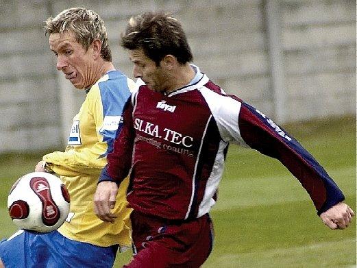 Hazlovští fotbalisté utrpěli v utkání s Teplicemi debakl, když prohráli 1:7. Vpravo hazlovský Jan Bauer v souboji s teplickým Petrem Benátem