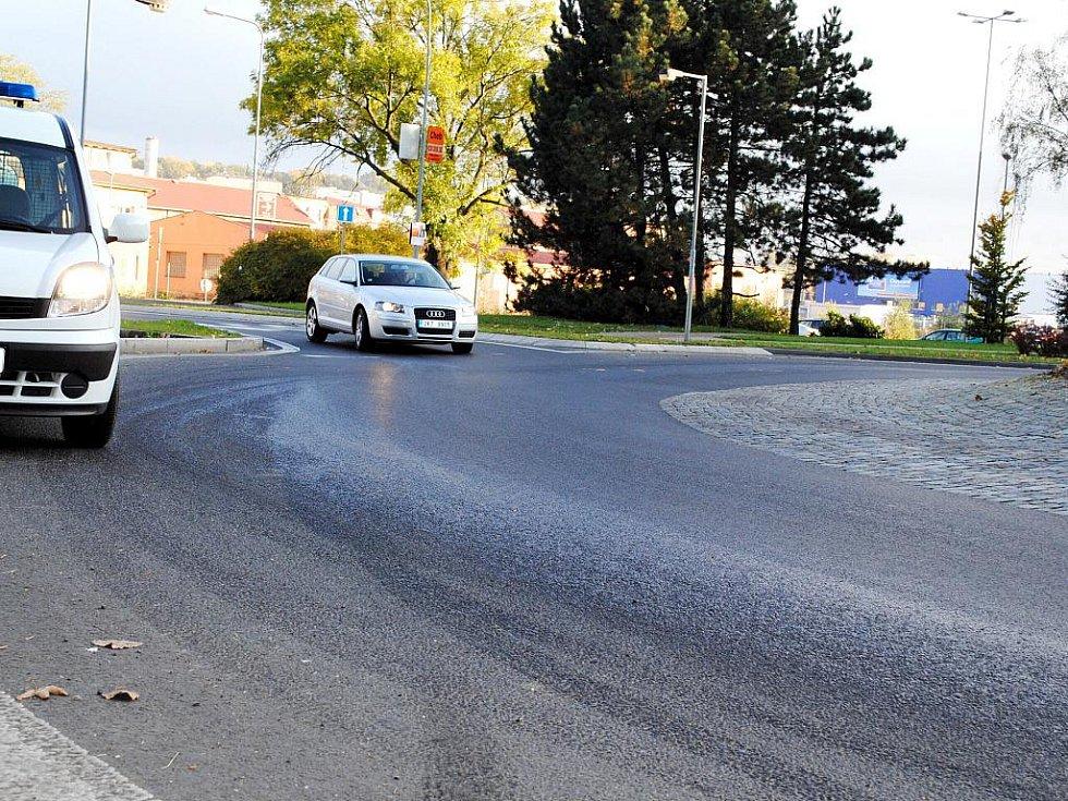 ROZJEŽDĚNÁ NAFTA na kruhovém objezdu u čerpací stanice Shell v Chebu znamenala riziko pro projíždějící vozy. Na místě hodinu a čtvrt stála hlídka MP a dopravu  korigovala.
