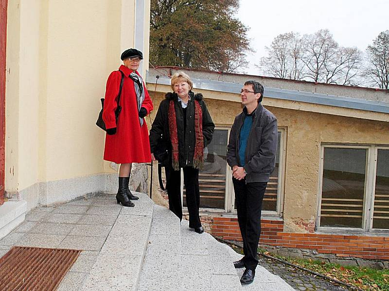 SETKÁNÍ PO LETECH. Učitelky Irena Rubá (vlevo) a Marie Horčičková se na oslavách stoletého výročí plesenské základní školy potkaly s bývalým žákem Václavem Sýkorou.
