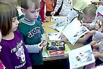 ŽÁKOVSKE KNÍŽKY s obrázky krtečka a jedničkami od paní učitelky se předškolákům  moc líbily.
