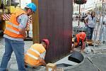 Umělecký artefakt nazvaný Brána času celkem za tři miliony korun instalovali pracovníci společnosti Algon na konci zrekonstruované chebské pěší zóny