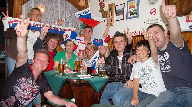 odceňovaní hokejoví reprezentanti na mistrovství světa v Německu vybojovali zlato. Slavilo se skoro ve všech restauracích a barech a nejen skalní fandové alespoň na chvíli  zapomněli na běžné starosti, předvolební třenice a špatnou náladu vůbec.