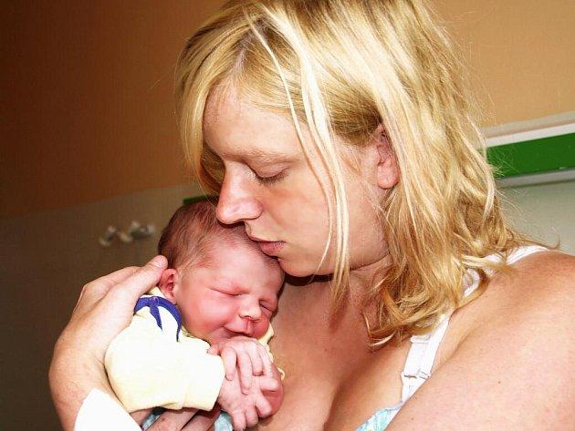 MATĚJ VESELÝ se narodil v úterý 23. června v 18 hodin. Při narození vážil krásných 3470 gramů a měřil 53 centimetrů. Doma v Chebu se už nemůže návratu maminky Vlaďky a synka Matýska dočkat tatínek Jan.